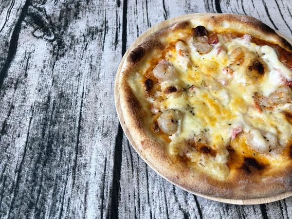 焼きあがったフォンターナ「ズワイ蟹と海老のアメリカンオーロラソースピッツァ」