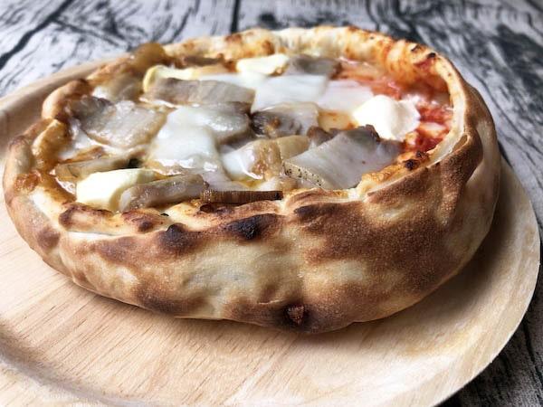 「森のピザ工房ルヴォワール」の「蔵王のお釜ピザ 自家製ベーコン」を横から見る