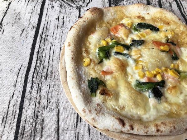 フォンターナの「信州サーモンと菜の花のカルボナーラピッツァ」