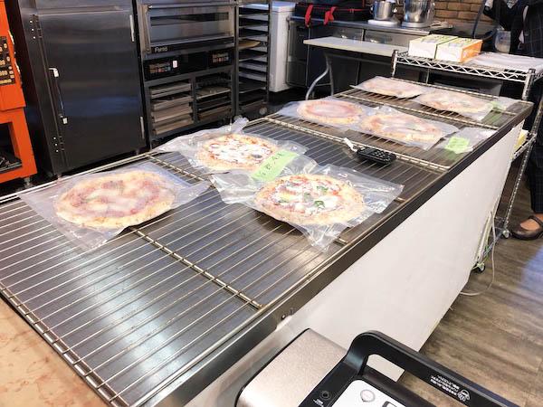 ツジ・キカイラボに冷凍ピッツァが並ぶ