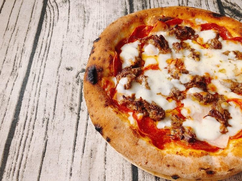 【沖縄発】ENZOの冷凍ピザ「もとぶ牛のミートラバー」肉々しさ抜群の病みつきピザ!